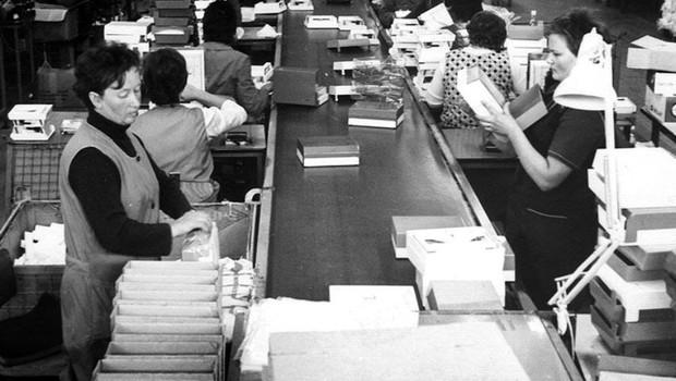 Linija stenskih kuhinjskih tehtnic, ki so jih v prvem letu delovanja tovarne izdelali kar 15.000 kosov. (foto: arhiv BSH)