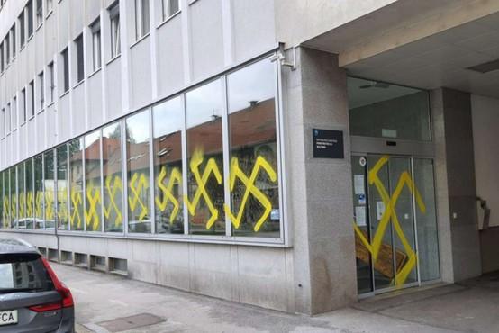 Ponoči vandali s kljukastimi križi na pročelje ministrstva za kulturo
