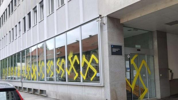Ponoči vandali s kljukastimi križi na pročelje ministrstva za kulturo (foto: Twitter račun ministrstva za kulturo)