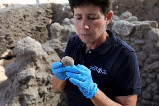 Arheologi so v Izraelu našli tisoč let staro kokošje jajce