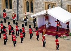 Britanska kraljica Elizabeta z okrnjeno parado na gradu Windsor proslavila 95. rojstni dan