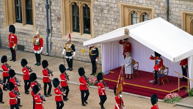 Britanska kraljica Elizabeta z okrnjeno parado na gradu Windsor proslavila 95. rojstni dan (foto: profimedia)