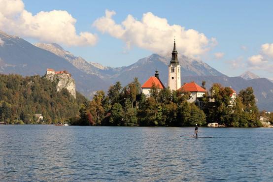 Nesreča a Blejskem jezeru: oseba padla s supa, po oživljanju je v jeseniški bolnišnici