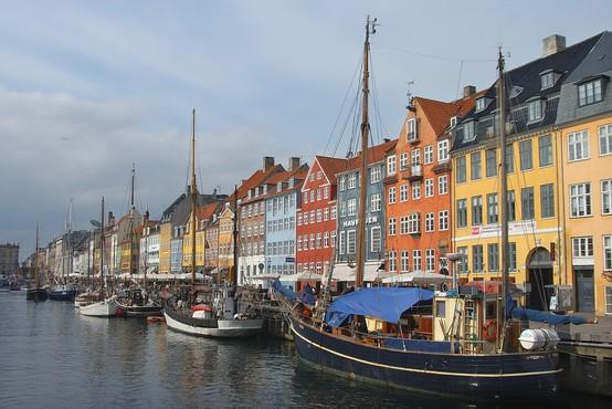 Na Danskem maske obvezne le še na javnem prevozu, za postopno odpravljanje tudi Nemčija