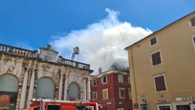 V starem mestnem središču Zadra zagorelo (foto: Hina/STA)