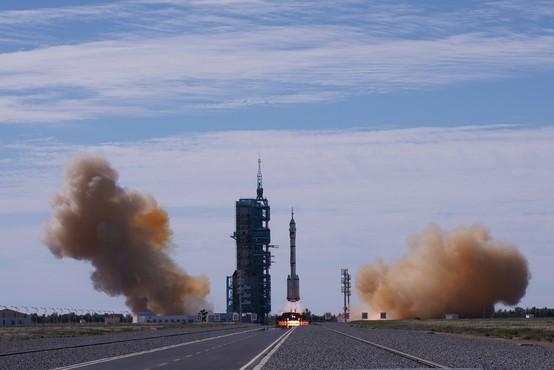 Prva kitajska posadka pristala na vesoljski postaji, astronavti bodo 380 km nad Zemljo tri mesece
