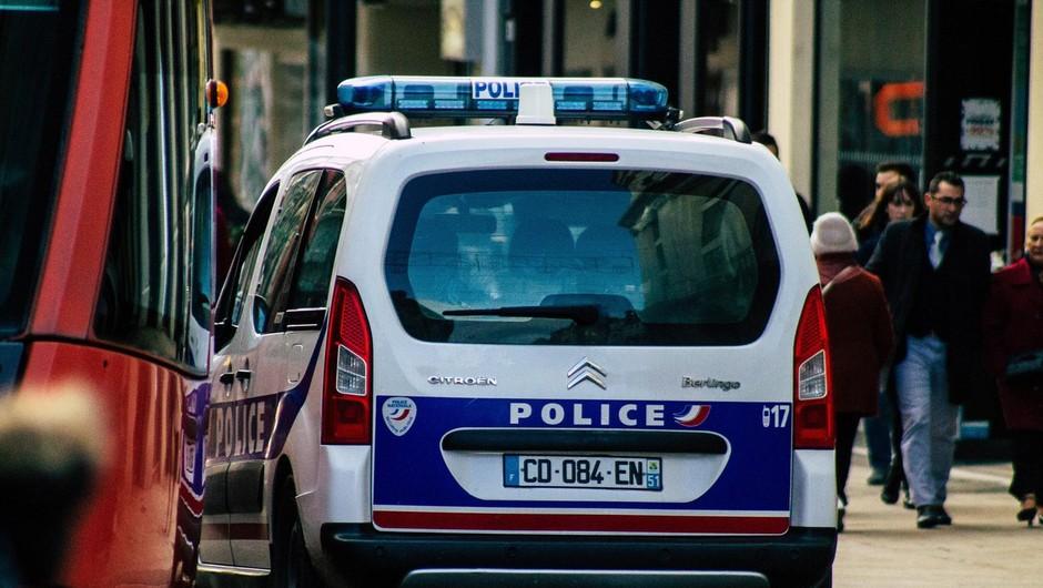 Zabave željni Francozi so napadli policiste, ki so preprečili rejv zabavo v Bretanji (foto: profimedia)