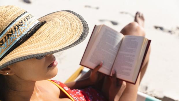 Na slovenski obali bo tudi to poletje dopustnike spremljala knjižnica na plaži (foto: profimedia)