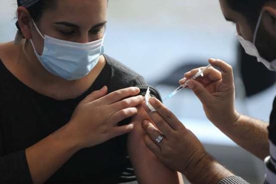 V EU z enim odmerkom cepljenih več kot polovica odraslih
