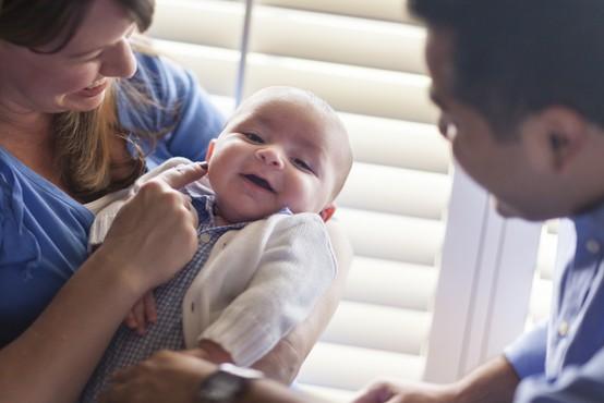 Rodnost v Sloveniji lani spet padla, rojenih več dečkov kot deklic