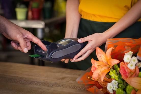 V Sloveniji vse bolj priljubljeno postaja rokovanje s plačilnimi karticami