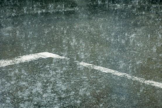Nevihte ponekod že povzročajo težave, voznikom pozivi k previdni vožnji