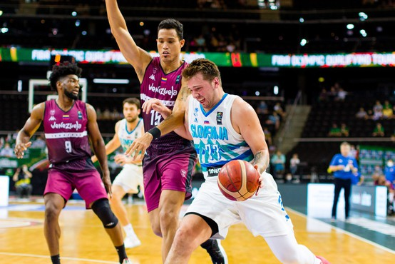 Po zmagi proti Venezueli slovenske košarkarje loči od Tokia le še ena zmaga