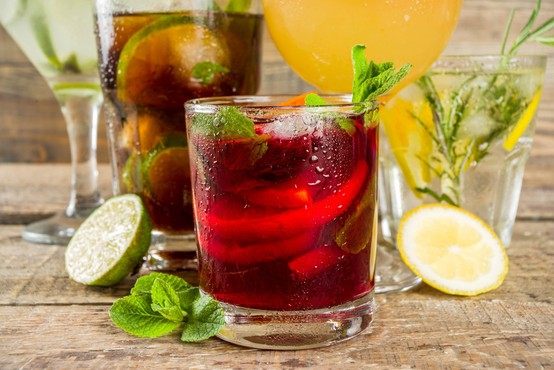 Gin tonic vs Aperol spritz (dvoboj najbolj priljubljenih poletnih koktajlov)