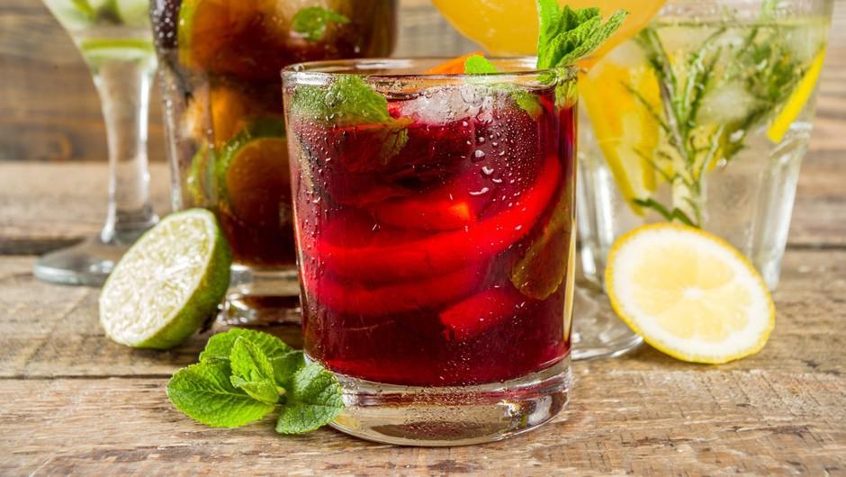 Gin tonic vs Aperol spritz (dvoboj najbolj priljubljenih poletnih koktajlov) (foto: profimedia)