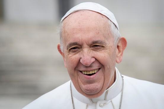 Papež uspešno prestal operacijo