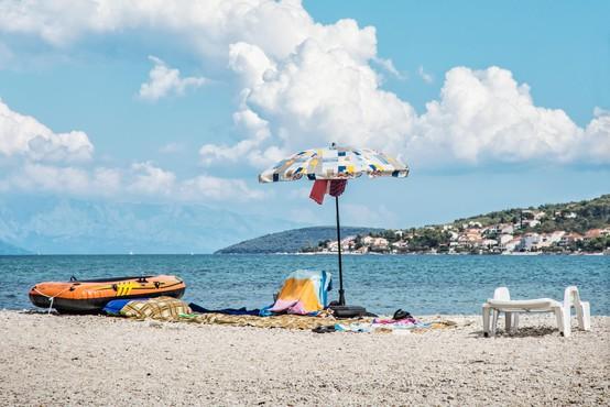 Na hrvaškem otoku Čiovo se z ognjenimi zublji bori 90 gasilcev