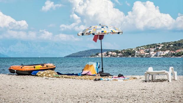 Na hrvaškem otoku Čiovo se z ognjenimi zublji bori 90 gasilcev (foto: profimedia)