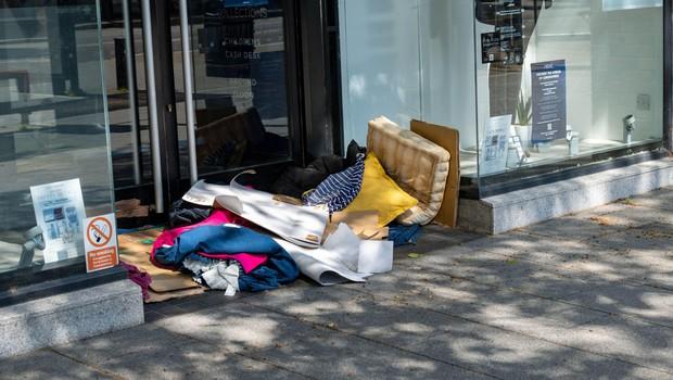 """Samo Bardutzky: """"Kaj je narobe z nami, da se namesto o globah nismo pogovarjali, kje naj živi brezdomec?"""" (foto: profimedia)"""