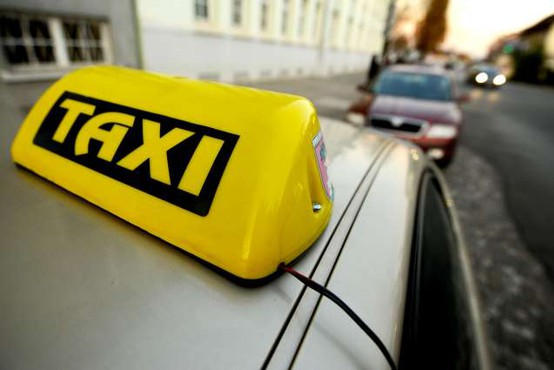 Taksisti na referendum brezplačno prepeljali skoraj 800 starejših