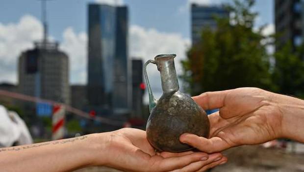 Arheologi na Dunajski cesti našli redko kamnito pepelnico (foto: Tamino Petelinšek/STA)