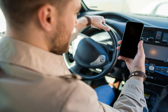 Po novem bo prehitra vožnja stala manj, telefoniranje za volanom pa več