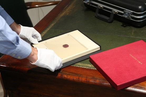 Znamka, po gramu 2,5-krat dražja od 24-karatnega zlata, spet v britanski lasti