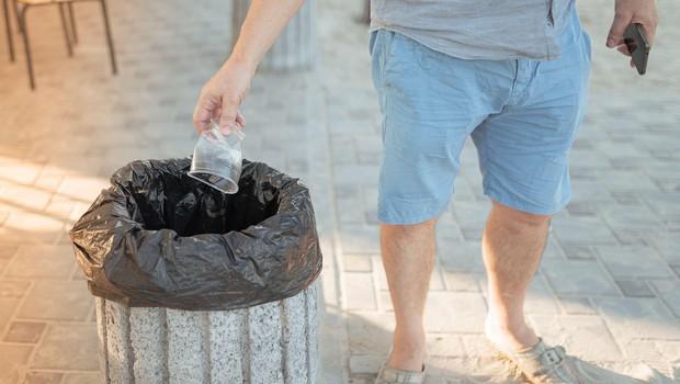 Na mizi uredba o prepovedi prodaje plastičnih proizvodov za enkratno uporabo (foto: profimedia)
