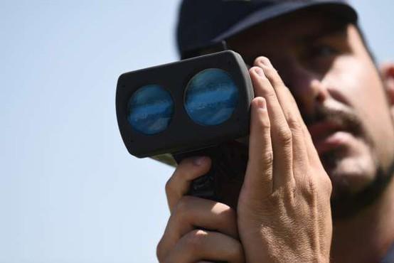 Nov prometni zakonik: nižje kazni za hitrost, višje za telefon, po novem desno tudi pri rdeči luči!