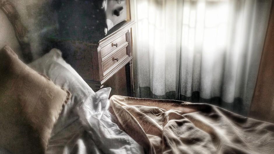 39-letnika ujeli potem, ko je filmsko po zvezanih rjuhah pobegnil iz hotelske karantene (foto: profimedia)