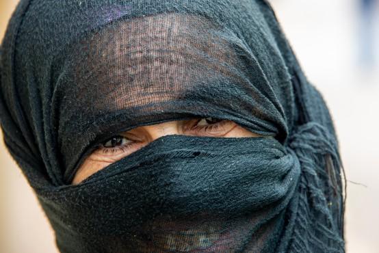Okuženi Indonezijec se je skušal vkrcati na letalo, zakrit z burko in z ženinimi dokumenti