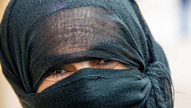 Okuženi Indonezijec se je skušal vkrcati na letalo, zakrit z burko in z ženinimi dokumenti (foto: profimedia)