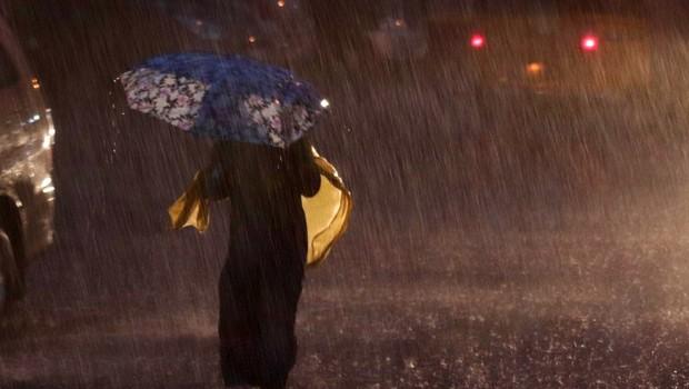 Plazovi in poplave ob monsunskem deževju v Indiji ugasnili  najmanj 112 življenj (foto: profimedia)