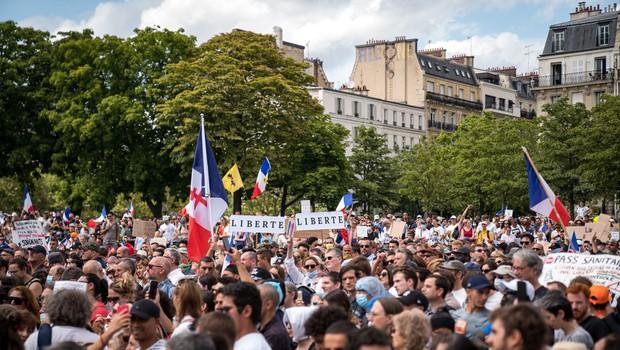 V Franciji in Italiji množični protesti proti poostrenim ukrepom za omejevanje epidemije (foto: profimedia)