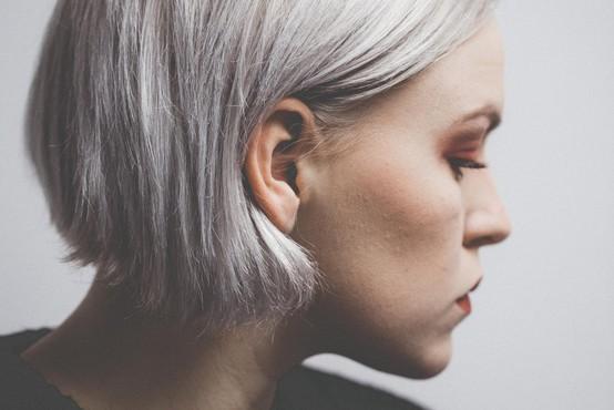 Naravno sivi lasje so letos v trendu kot še nikoli prej