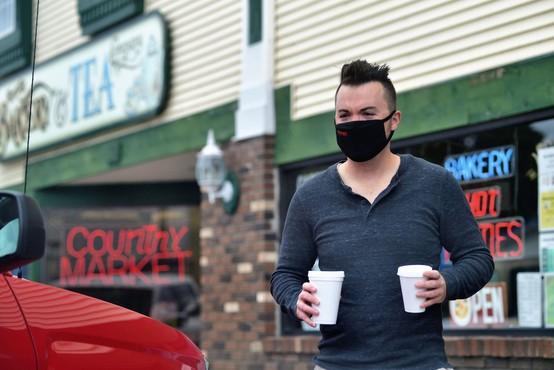 Ameriška študija o okužbah vplivala, da so v ZDA znova priporočili nošenje mask