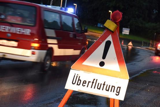 Huda neurja v Avstriji in Italiji poplavljajo ceste in zalivajo kleti, težave tudi na Hrvaškem