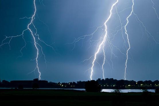 Močni nalivi, veter in strele so povzročali težave tudi po Sloveniji