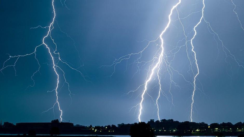 Močni nalivi, veter in strele so povzročali težave tudi po Sloveniji (foto: profimedia)