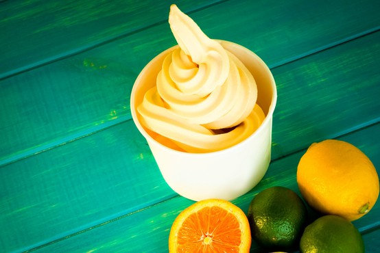 """Osvežilen recept za vroče poletje: sadne skodelice """"frozen yogurt"""""""