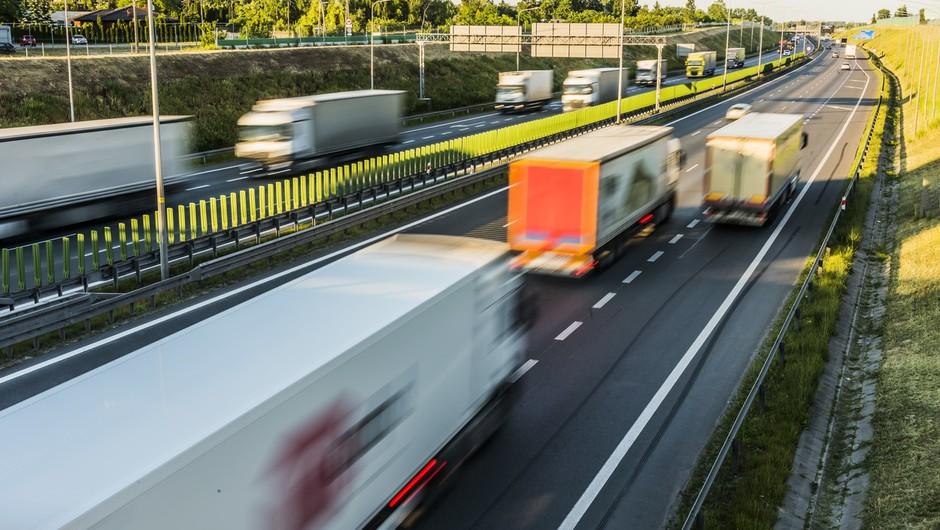 Na naših avtocestah od novembra težka tovorna vozila ne bodo več smela prehitevati (foto: profimedia)