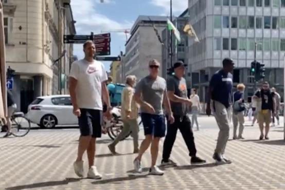 Vodstvena ekipa Dallas Mavericksov na sprehodu in kosilu v Ljubljani (video)