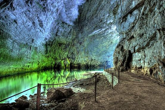 """Pred visokimi temperaturami v naslednjih dneh se lahko """"skrijete"""" v eno izmed številnih slovenskih jam (ideje za izlet)"""