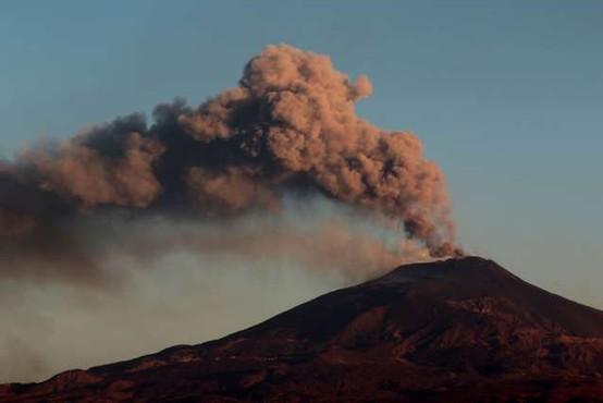 Etna po pol leta bruhanja postala višja