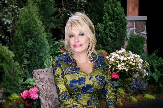 Vsestranska pevka Dolly Parton bo s pisateljem Jamesom Pattersonom izdala roman