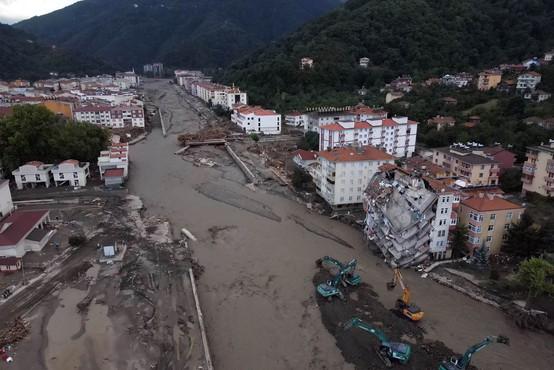 Število žrtev po poplavah in plazovih v Turčiji še narašča - doslej 38 mrtvih