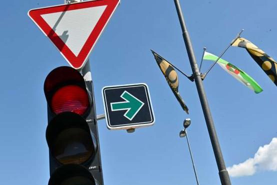 Na obrobju Ljubljane namestili prvi znak za zavijanje desno pri rdeči luči