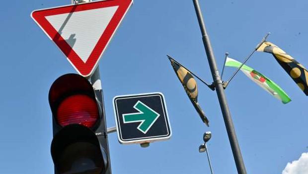 Na obrobju Ljubljane namestili prvi znak za zavijanje desno pri rdeči luči (foto: Tamino Petelinšek/STA)