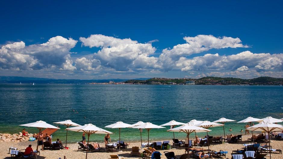 Letošnja turistična sezona boljša od lanske, a večinoma slabša kot leta 2019 (foto: profimedia)