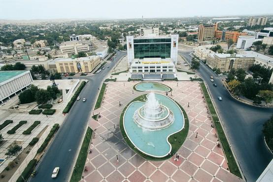 """Tri bele skrinjice z """"zakladi"""" za prvo olimpijsko kolajno za Turkmenistan"""
